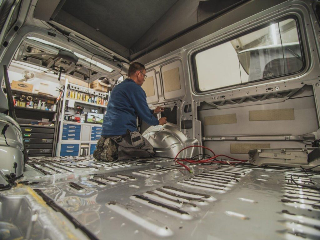 bedrijfsfotografie bedrading auto aansluiten monteur