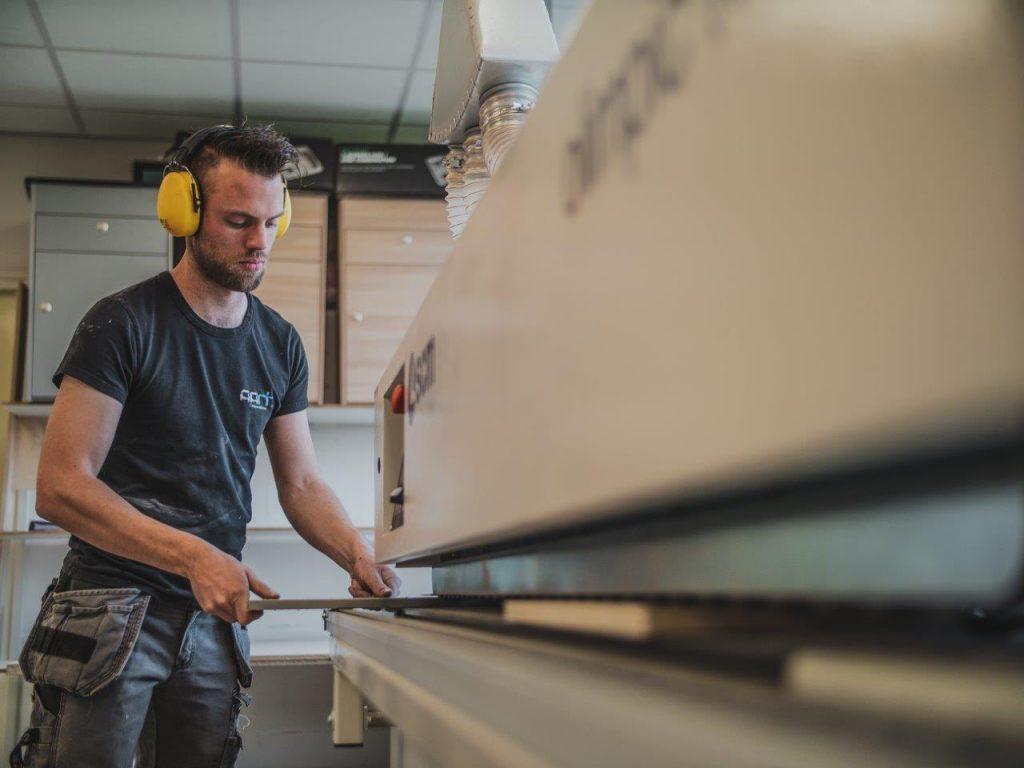 meubelmaker aan het werk vinyl kant