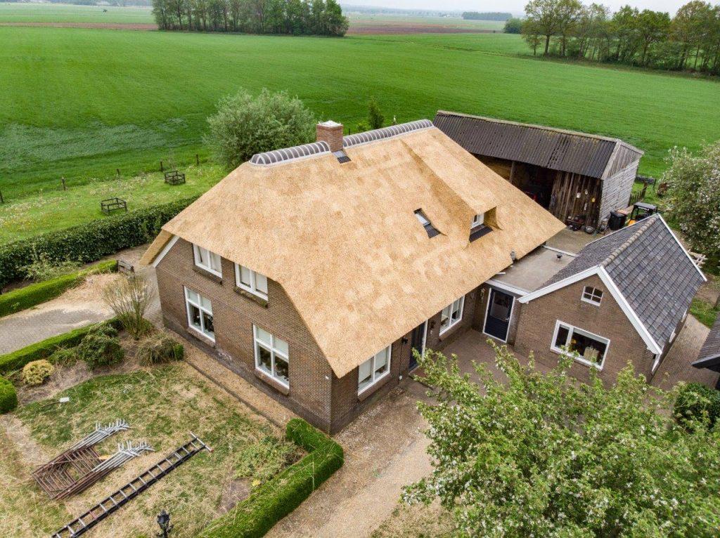 drone foto woonboerderij met nieuwe rieten kap