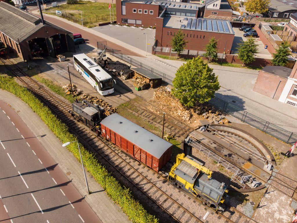 dronefoto touringcar oude trein locomotief