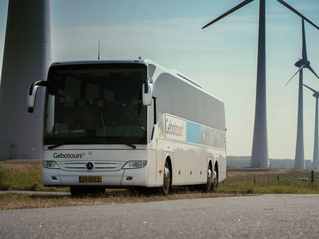 touringcar bij windmolenpark